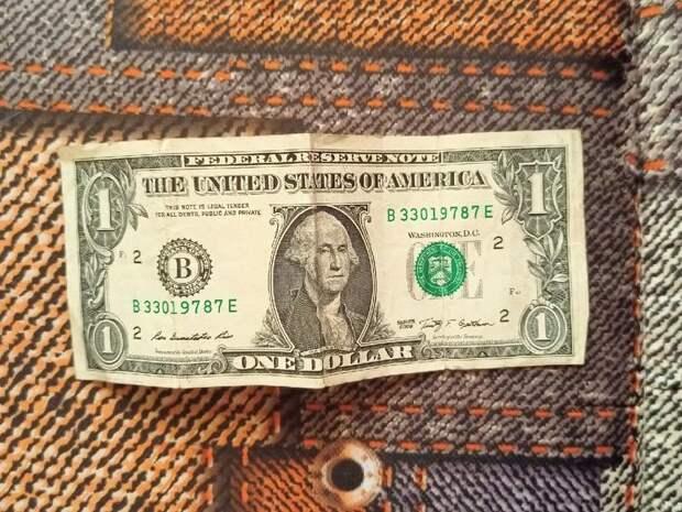 Россиянам посоветовали покупать доллары и евро