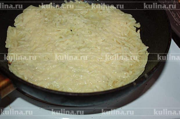 На горячую сковороду налить ложку масла, разложить столовой ложкой картофельную смесь, на среднем огне поджарить сначала с одной стороны.