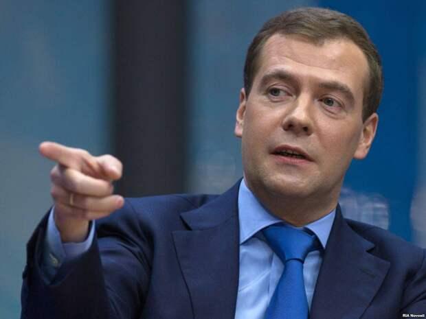 Медведев обвинил чиновников в беспомощности и разгильдяйстве