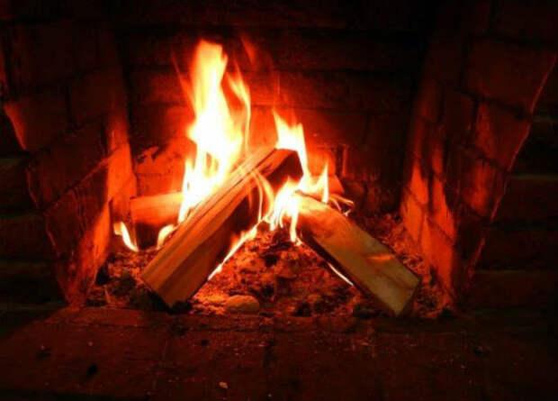 Кто-то зажигал огонь в печи избы
