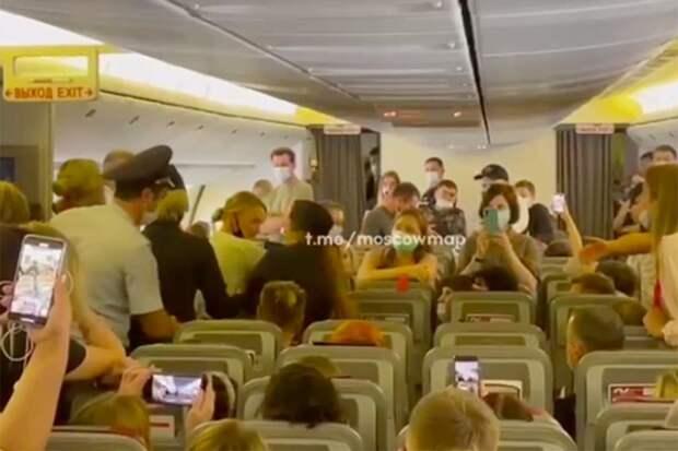 Скандалистку сняли с авиарейса из Москвы под овации пассажиров
