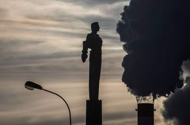 Steam rises from chimneys of a heating power plant near a monument of Soviet cosmonaut Yuri Gagarin, the first man in space, with the air temperature at about minus 20 degrees Celsius, in Moscow, Russia, January 17, 2021. REUTERS/Maxim Shemetov