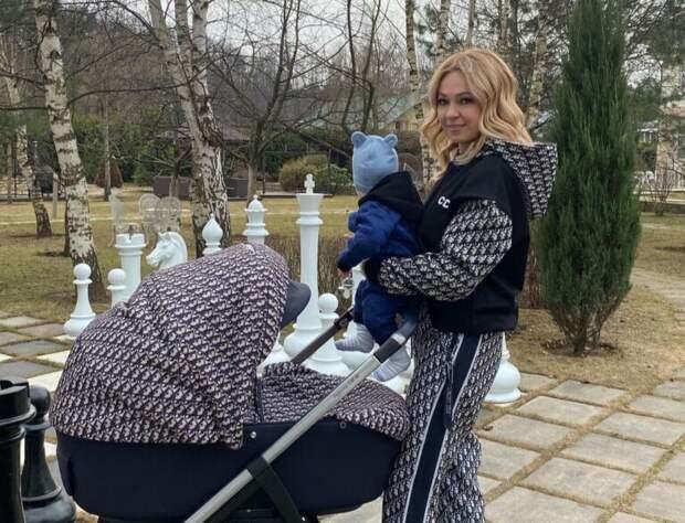 Сын Плющенко и Рудковской сделал первые шаги