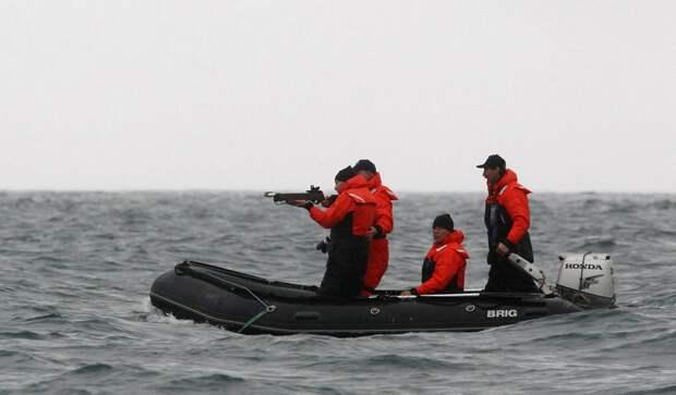 Владимир Путин целится в кита из арбалета, чтобы получить кусочек его кожи для анализа, бухта Ольга, 240 км к северо-востоку от Находки, 25 августа 2010.