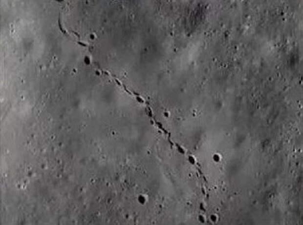 Ученые NASA обнаружили на Луне гигантские следы, не принадлежащие человеку