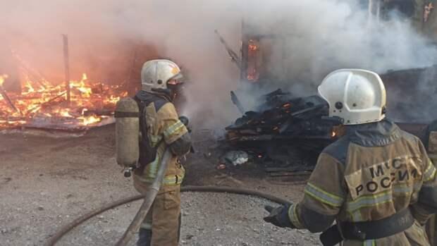 Очевидцы сняли на видео бушующий в Екатеринбурге пожар