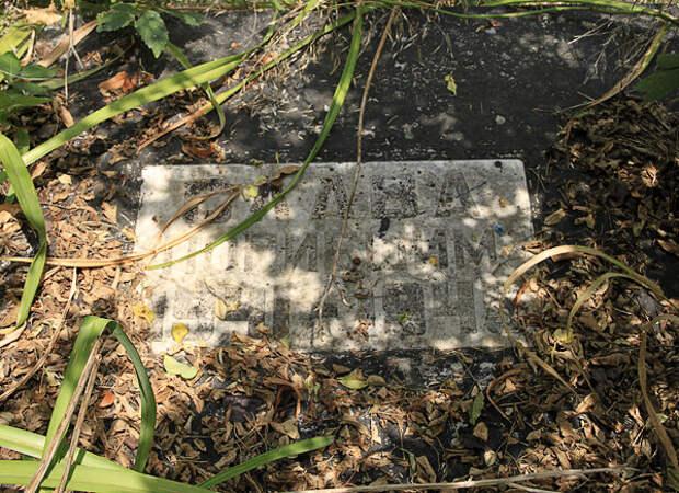 Власть уложила погибших героев кладбищенскими венками