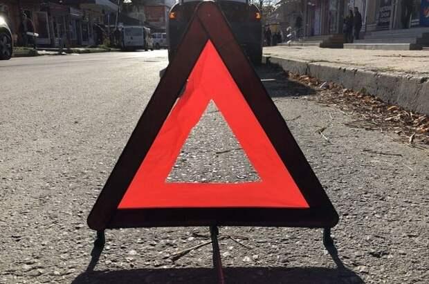 В Курске легковой автомобиль после ДТП врезался в остановку