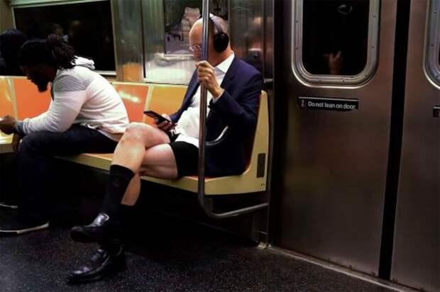 """Флешмоб """"Поездка в метро без штанов"""" 2020 (28 фото)"""