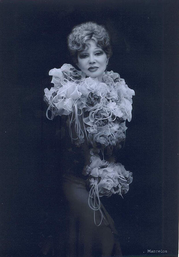 14. В поисках новых и необычных ролей она была вынуждена обратиться к антрепризному театру.