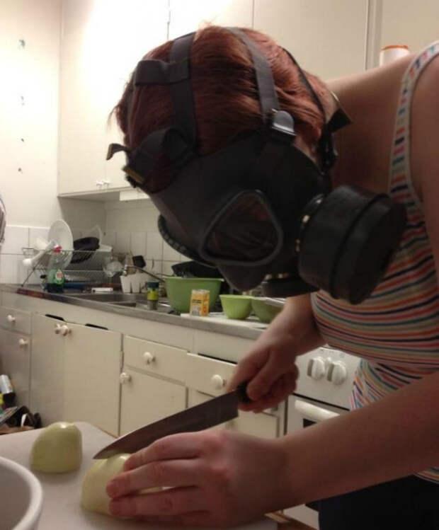 Безболезненно нарезать лук.