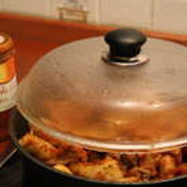 Добавить соус Sacla в наше рагу, достать шумовкой ньокки, перемешать. Соус Sacla можно заменить томатным пюре+тертый сыр+мелко нарезанный стебель сельдерея+немного муки.