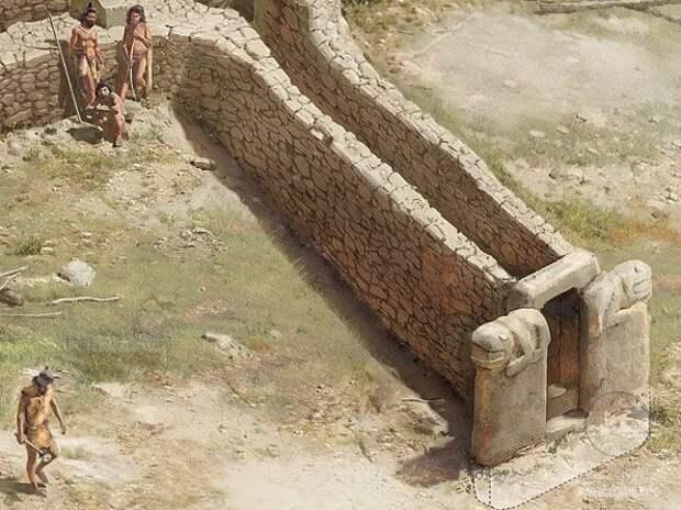 U-образный камень перед входом в храм.