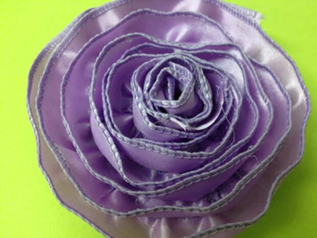 Простая роза из ленты с жесткими краями