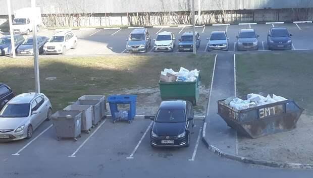 В Подольске мусоровоз не смог подъехать к контейнеру из‑за припаркованного авто