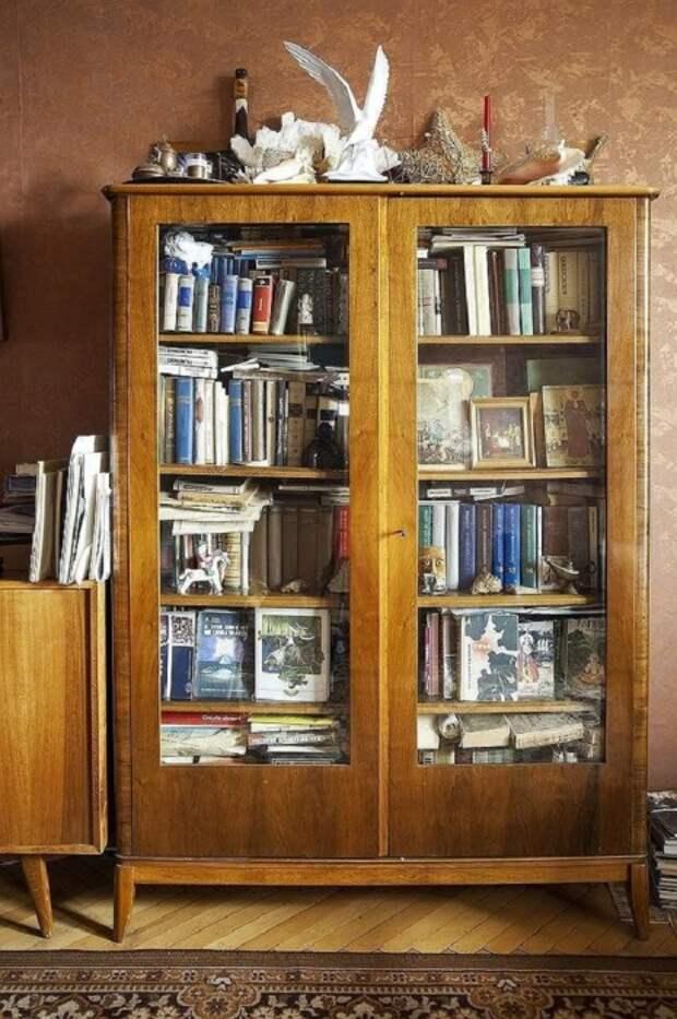 Разномастные книги в массивных шкафах выглядят некрасиво. / Фото: fanera-info.ru
