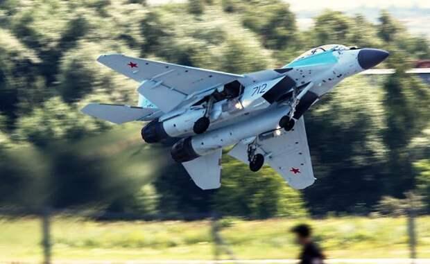 На фото: многофункциональный легкий истребитель МиГ-35