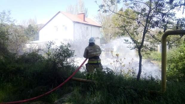 Специалисты ГКУ РК «Пожарная охрана Республики Крым» ликвидировали возгорание сухой растительности, отстояв от огня жилой дом