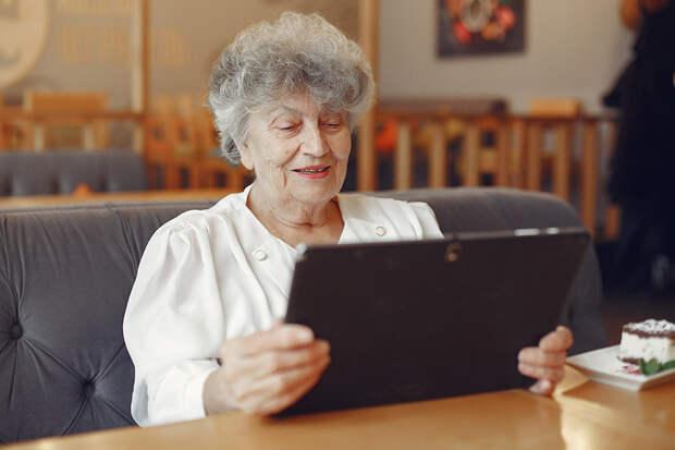 Работающим пенсионерам разрешили продлить электронные больничные