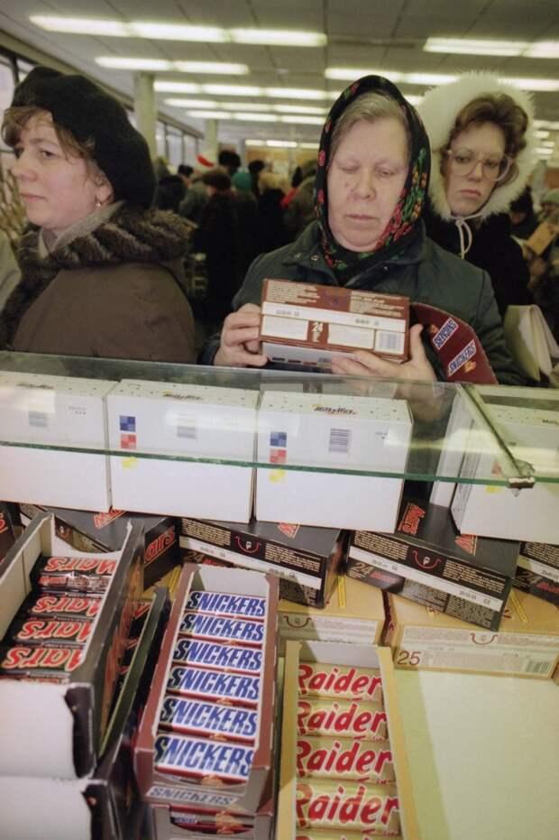 1991. Российские покупатели покупают американские конфеты в Москве, 4 января