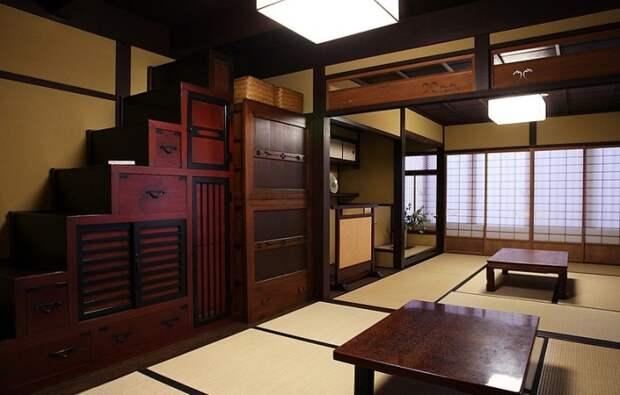 Традиционный интерьер японцев предусматривает размещение горок-лестниц, в которых много выдвижных коробок/ящиков. | Фото: miuki.info.
