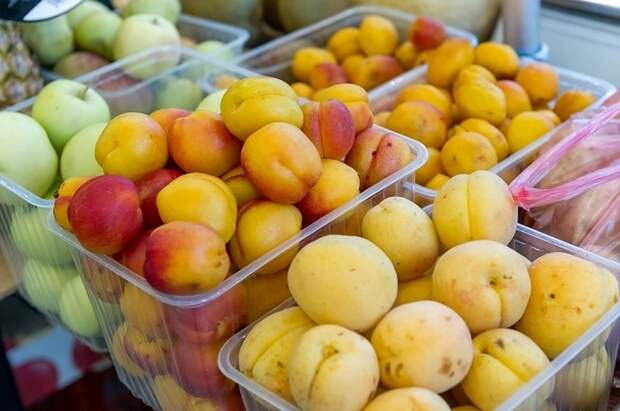 Доктор Мясников назвал косточки абрикоса и персика опасными для детей