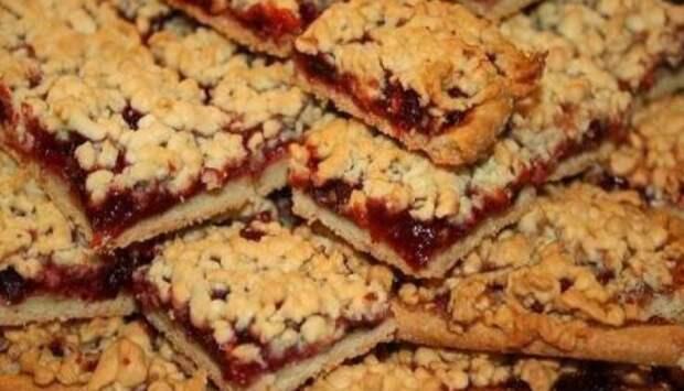 Песочное печенье с творогом и клубникой