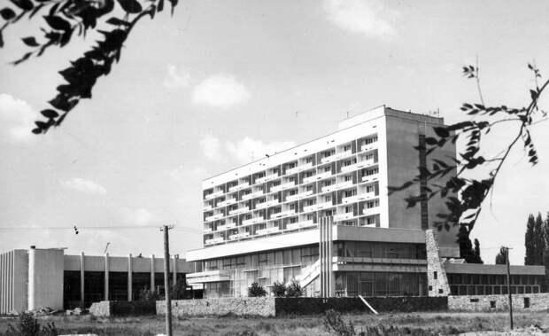 Молодежный центр в Волгограде в 1970-х гг. (источник фото: https://clck.ru/Uw79X)