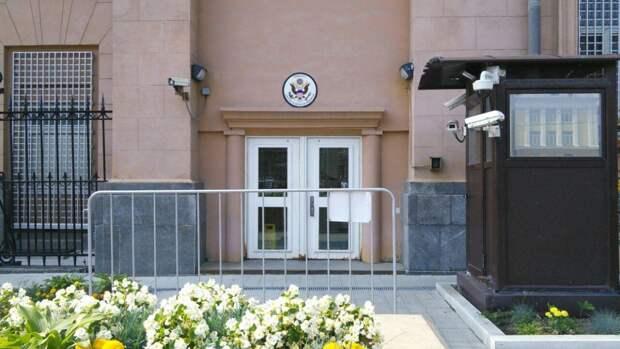 Посольство США в Москве временно возобновляет услугим для американцев
