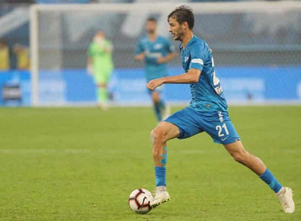 Ерохин чаще забивал, когда играл полузащитником, а лучшие матчи провел, когда действовал на фланге. Не знает он, как играть рядом с Дзюбой