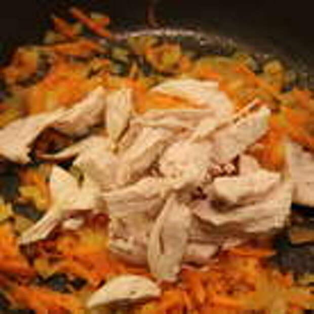 Добавить куриное филе, порезанное на кусочки, обжарить до золотистой корочки. Добавить вино, дождаться, пока оно выпарится.