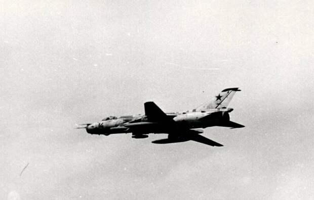 Истребитель-бомбардировщик Су-17 борт 14 в варианте радиоэлектронной борьбы: на левом внутреннем подкрыльевом держателе контейнер с самолетной помеховой станцией СПС-141 «Сирень», под правым ¬– «уравновешивающий» его блок неуправляемых ракет УБ-16 (он мог снаряжаться и НАР С-5П с дипольными отражателями). Под внешними балками – два подвесных топливных бака ПТБ-1100