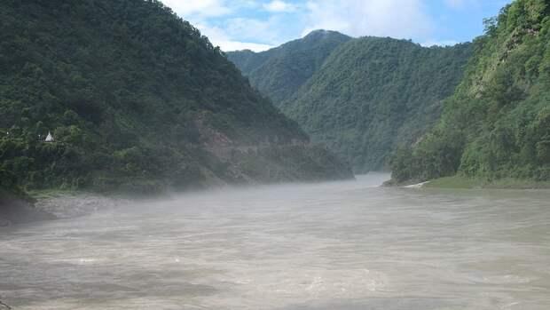 Индийская река Ганг стал могилой для десятков жертв COVID-19