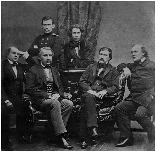Лев Толстой в группе писателей журнала «Современник» (1856) дореволюционные снимки, интересно, кадр, россия, факты, фото