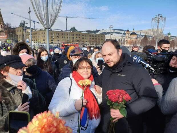 «А Явлинский без очереди!» – либералы переругались, поминая Немцова