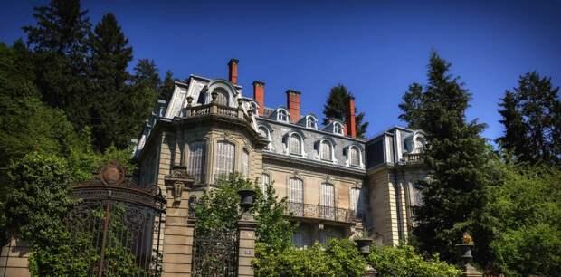 Построили предки дворец в XV веке и передается он наследникам. А те в нем живут и содержат. Иногда лишь подремонтируют, да сад подстригут... Добавьте описание