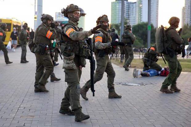 В Минске силовик зашел в фастфуд наперевес с автоматом