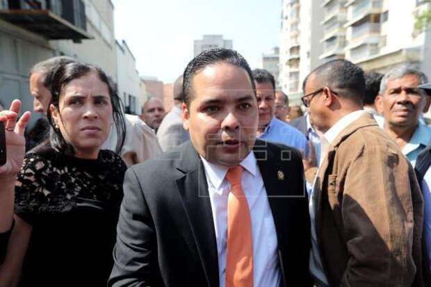 VENEZUELA CRISIS - Denuncian venta de carnets falsos del partido de Leopoldo López a migrantes
