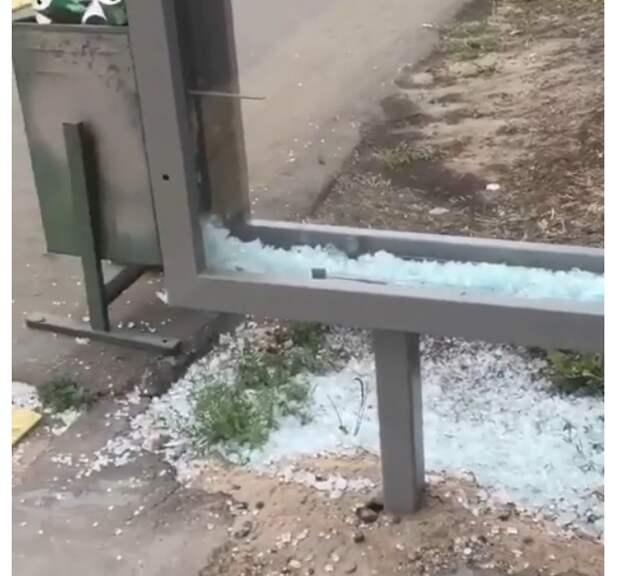 На остановке на Волжском бульваре убрали груду разбитого стекла