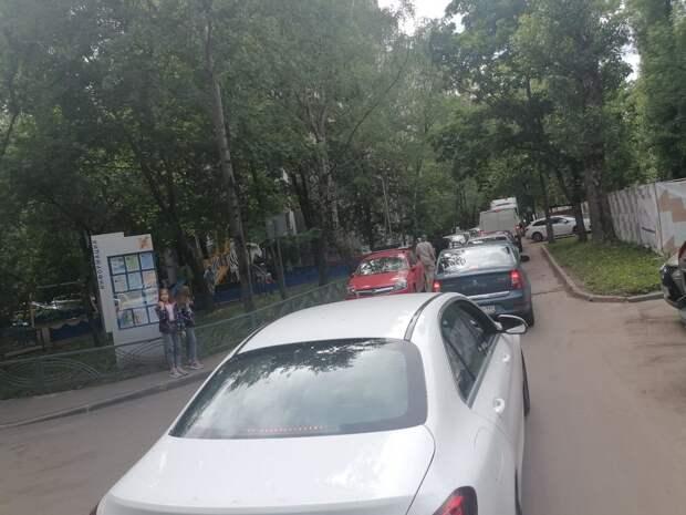 Фура создала транспортный коллапс на улице Берзарина