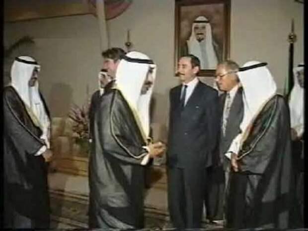 2 августа 1992 года: еще вчера советский генерал Джохар Дудаев сегодня пытается быть своим для мусульман Ближнего Востока.