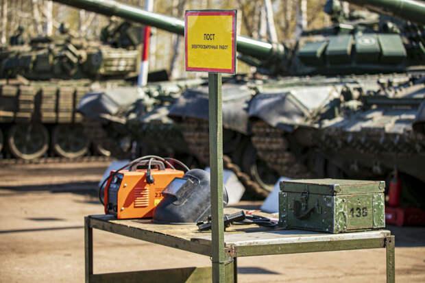 Военнослужащие отдельной мотострелковой бригады танковой армии ЗВО проводят сезонное обслуживание военной техники