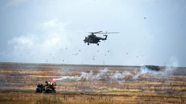 Вертолет Ми-8 на учениях воздушно-десантных войск РФ в Крыму. Полигон Чауда, июль 2019 года