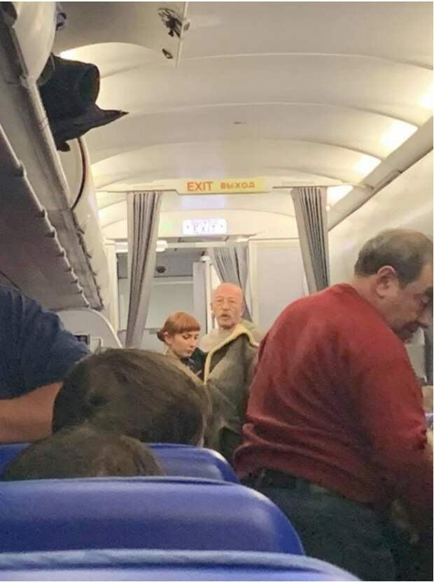 Александр Розенбаум не забыл «скорую» и помог пассажирке самолета