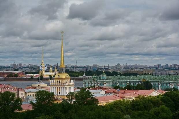Адмиралтейство, а за ним тот самый шпиль Петропавловской крепости