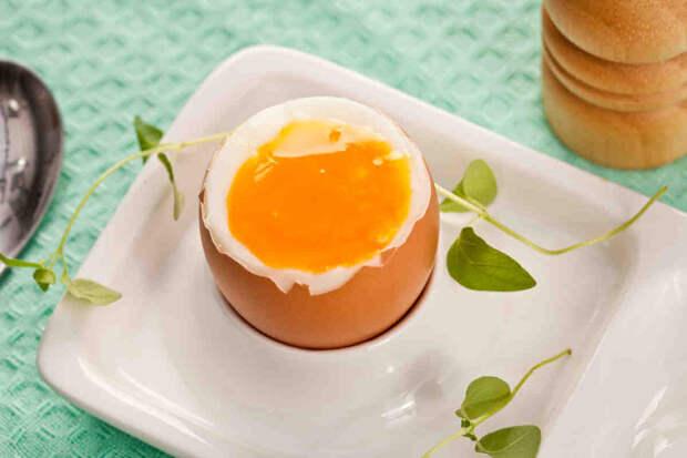 Варим яйца так, чтобы все витамины остались внутри. Быстро кипятим, а потом сразу выключаем и ждем
