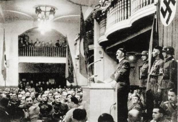 Hitler_addressing_Beer_Hall