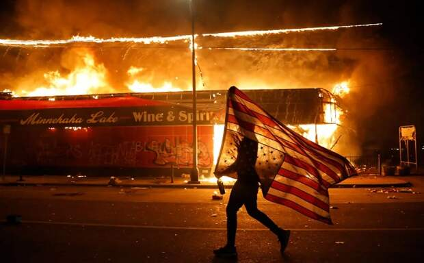 «Запасайтесь патронами», — помощник Трампа предсказал США вооружённое восстание