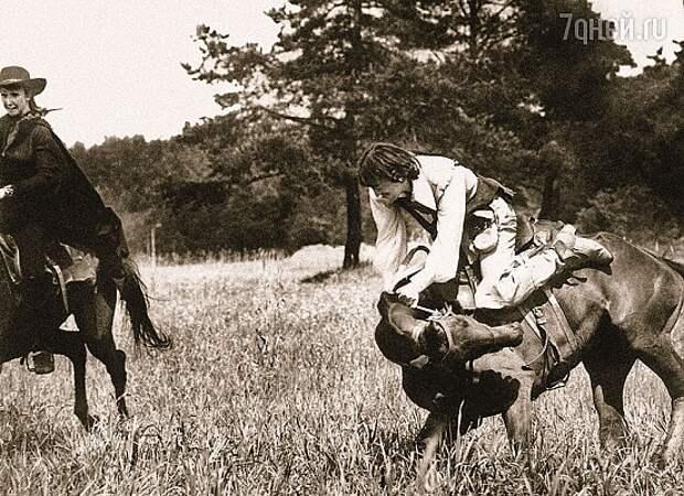 Смотрю на Боярского и вижу, что он уже набрался и лошади не видит вообще. Но все-таки вскочил на коня! Миша — уникальный тип Фото:Из архива Г. Юнгвальд-Хилькевича