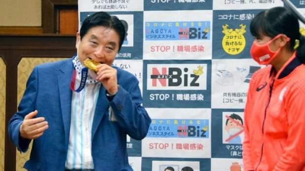 Мэр укусил золотую олимпийскую медаль и поплатился за это (видео)